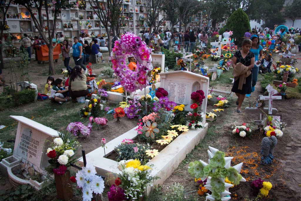 Day_of_the_dead_at_mexican_cemetery_44
