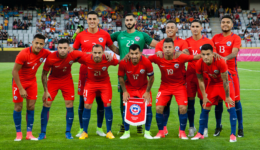 A picture of the Chilean national team posing for a picture before a match.